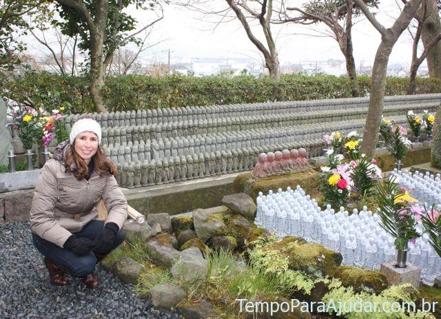 Mila com estátuas Jizo