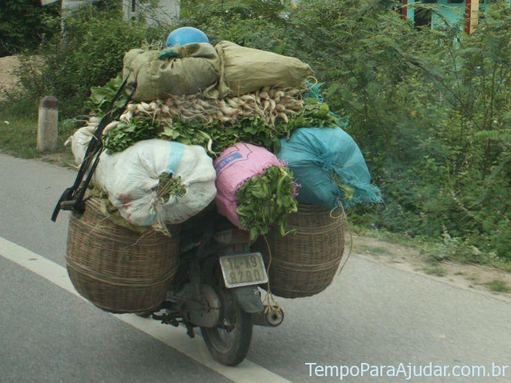 Verduras sendo entregues por uma moto