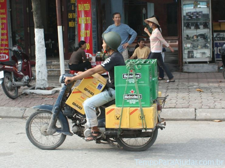 Cerveja andando de moto