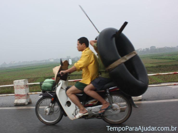 Pneus sendo transportados de moto