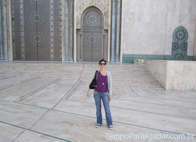 Em frente às portas laterais da mesquita
