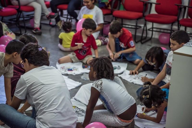 Sophia e crianças refugiados no Adus em SP