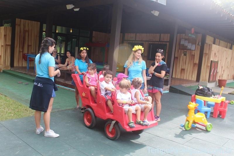 Crianças indo passear no Petit Club Med