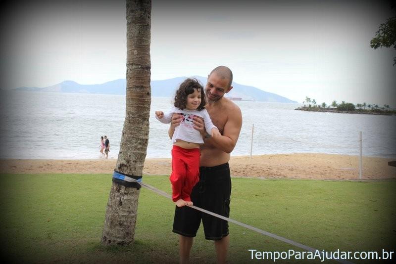 Marina testando slackfline no Club Med Rio das Pedras