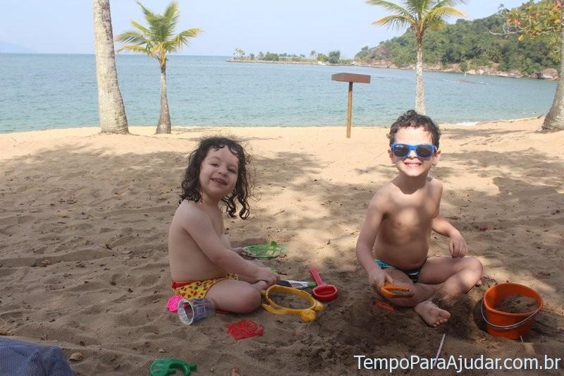 Brincando na praia do Club Med Rio das Pedras
